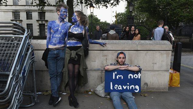 Jovenes manifiestan su oposición al Brexit.
