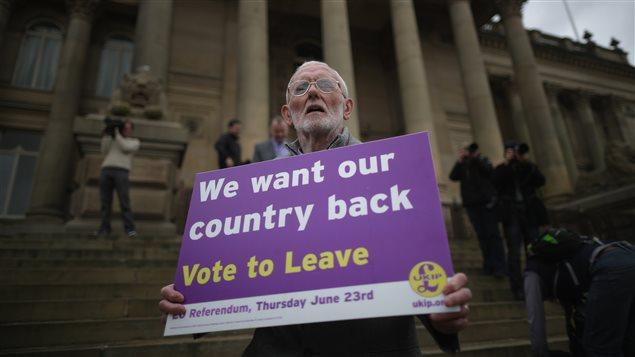Manifestante invita a votar en favor del Brexit.