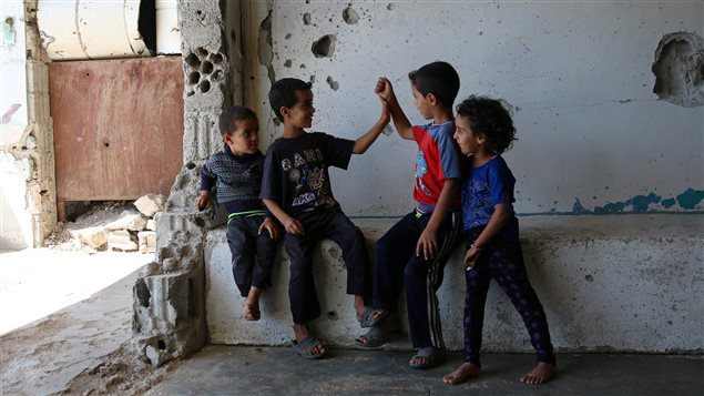 Niños jugando en las ruinas de Inkhil, oeste de Siria.