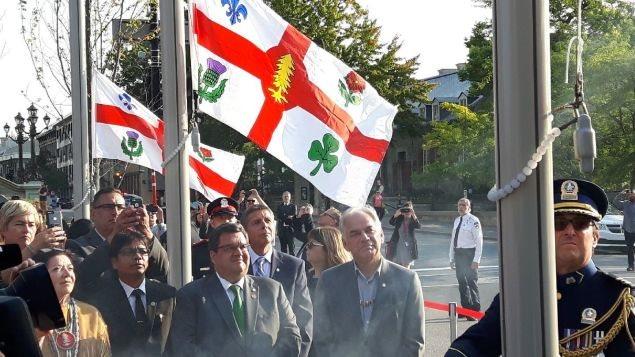 عمدة مونتريال دنيس كودير (وسط مقدمة الصورة) خلال الاحتفال الرسمي اليوم بتقديم علم وشعار نبّالة جديديْن للمدينة.