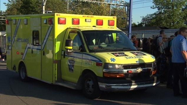 急救车赶到现场把被撞成重伤的少女送往医院