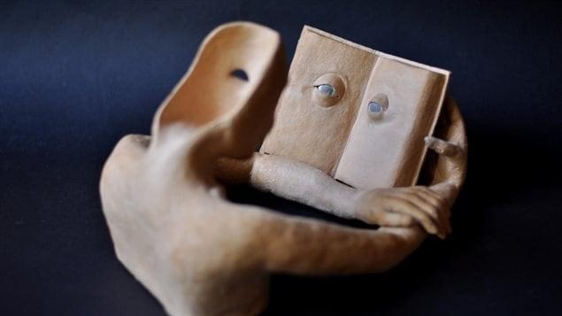 La relación con los libros es una constante en la obra del escultor.