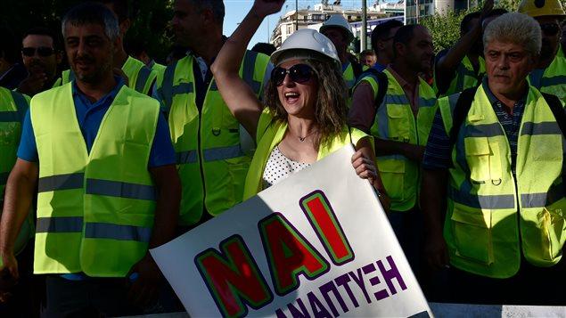 Mineros y obreros protestan contra la suspensión de las inversiones de Eldorado en Grecia.