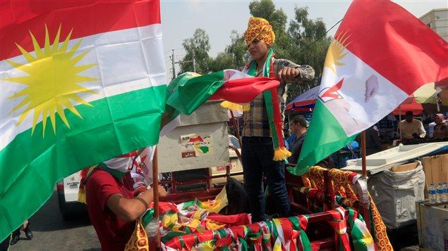Un muchacho kurdo vende banderas en Erbil, Irak, en apoyo al referéndum para la independencia de Kurdistán el 21 de septiembre de 2017.
