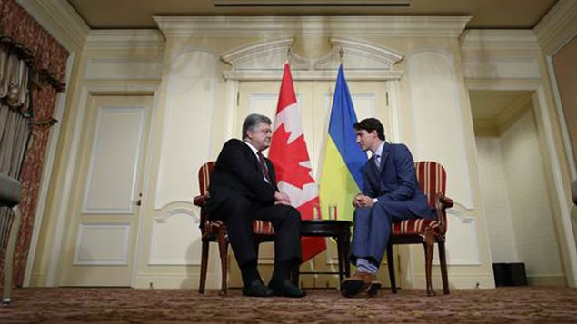 Uraine's Petro Poroshenko (L) and Canadian Justin Trudeau talk trade and security issues