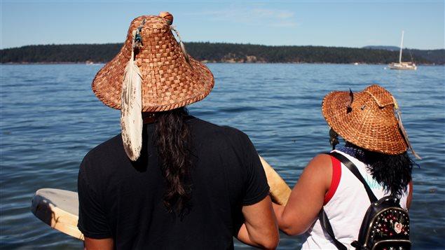 Paul Cheoketen Wagner (gauche), membre de la nation Stanch  et Roxanne White de la nation Yaskam / Nez Perce participent à une cérémonie au bord de la Mer Salish