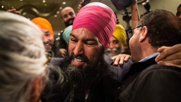 جاغميت سينغ يتلقى التهاني من مناصريه في تورونتو بعد ظهر أمس عقب إعلان فوزه بزعامة الحزب الديمقراطي الجديد من الجولة الإنتخابية الأولى.