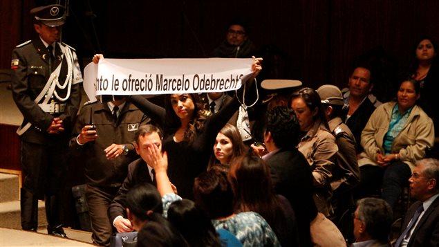 Una mujer le pregunta al vicepresidente Glas *cuánto le ofreció Marcelo Odebrecht* en la Asamblea Nacional de Ecuador el 21 de junio 2017.