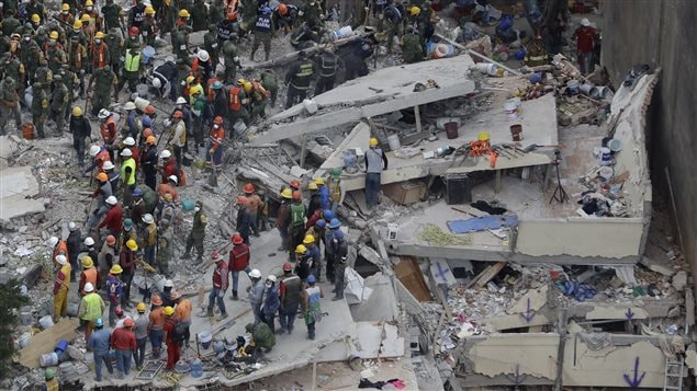 Brigadas de rescate buscan sobrevivientes tras el derrumbe de un edificio en México causado por el terremoto del 19 de septiembre, 2017.