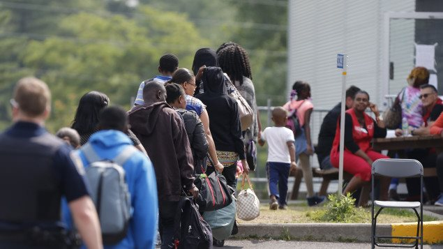 لاجئون هايتييون بانتظار تقديم طلب اللجوء على الحدود الكندية الأميركية