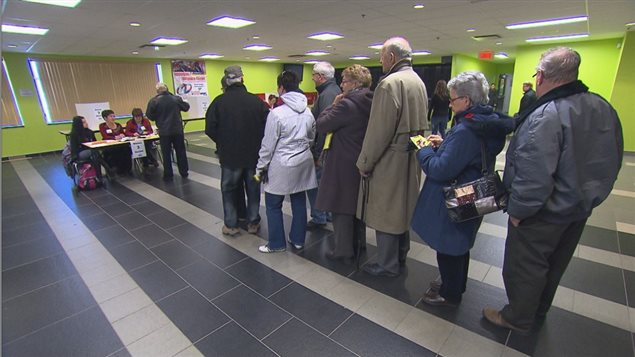 Electores en una votación municipal en Quebec.