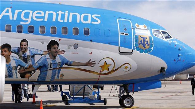 Fotos de Aguero, Messi e Higuaín en un avión de Aerolíneas Argentinas.