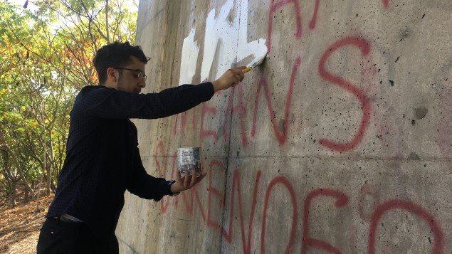 أحمد خليفة يمحو الكتابات الحاقدة