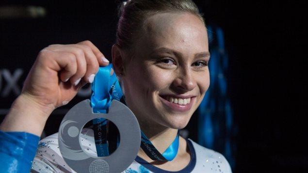 الكندية إلي بلاك مبرزة الميدالية الفضية التي نالتها الجمعة في منافسات كل الأجهزة في بطولة العالم للجمباز الفني في مونتريال.