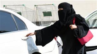 Une femme saoudienne entre dans un taxi à Riyad. Photo : Getty Images/AFP/Fayez Nureldine