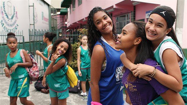 On voit un groupe de filles souriantes