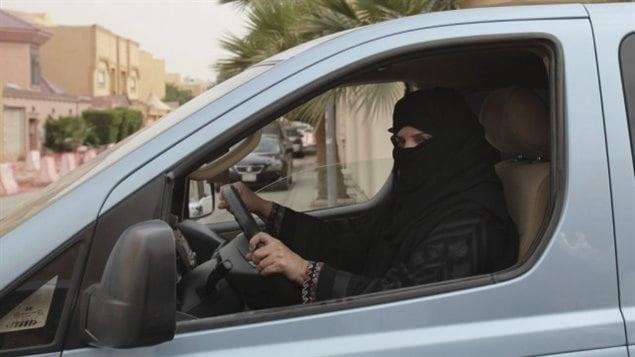 En 2014, le conseil royal de l'Arabie saoudite disait vouloir permettre aux femmes de conduire, mais à certaines conditions. Dans ce projet, seules les Saoudiennes de plus de 30 ans qui ne sont pas maquillées auraient pu prendre le volant, mais seulement avant 20 h et uniquement si elles portaient une robe conservatrice. PHOTO HASAN JAMALI, ARCHIVES AP