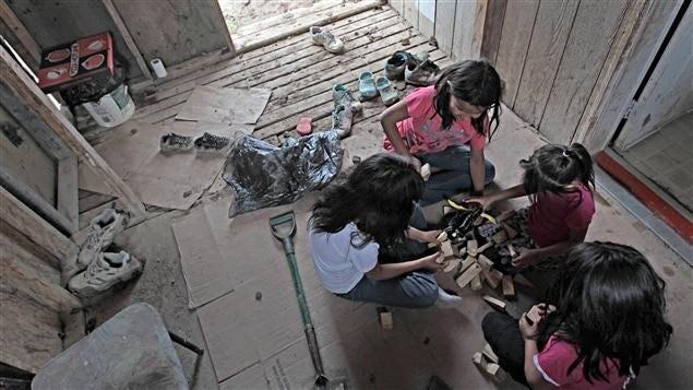 Enfants amérindiens dans une maison de fortune. © RCI