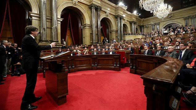 Carles Puidgemont se dirige a los miembros del Parlamento catalán.