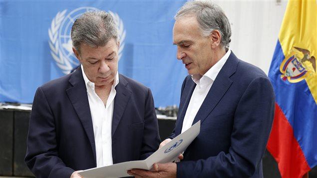 El presidente Juan Manuel Santos y Jean Arnault, jefe de la Misión de Naciones Unidas en Colombia.
