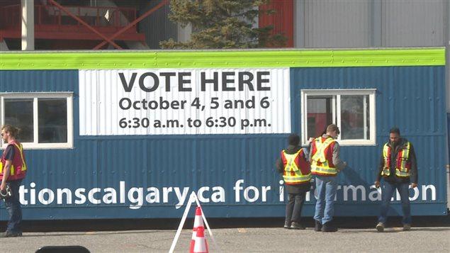 أحد مراكز الاقتراع المبكر في انتخابات كالغاري البلدية.