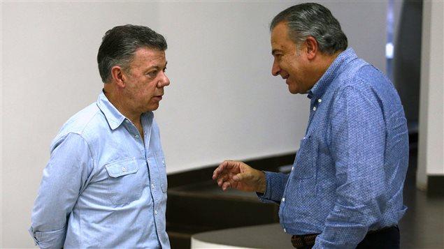 El presidente Juan Manuel Santos y el vicepresidente Oscar Naranjo en reunión sobre la integración social de los excombatientes de las FARC.