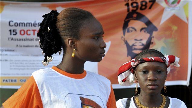 فتاتان تحضران أمس في العاصمة البوركينية واغادوغو  مراسم إحياء الذكرى الثلاثين لاغتيال الرئيس البوركيني الأسبق توماس سانكارا.