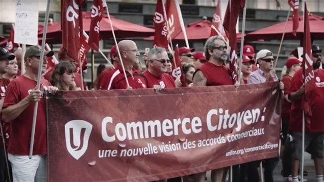 Des membres du syndicat UNIFOR lors d'une manifestation pour un ALÉNA plus équitable le 22 septembre 2017.