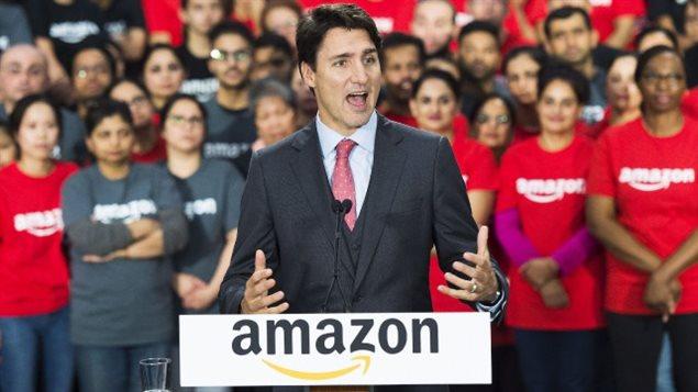 Justin Trudeau lors d'une visite d'un centre de traitement des commandes d'Amazon en octobre 2016.PHOTO NATHAN DENETTE, ARCHIVES LA PRESSE CANADIENNE