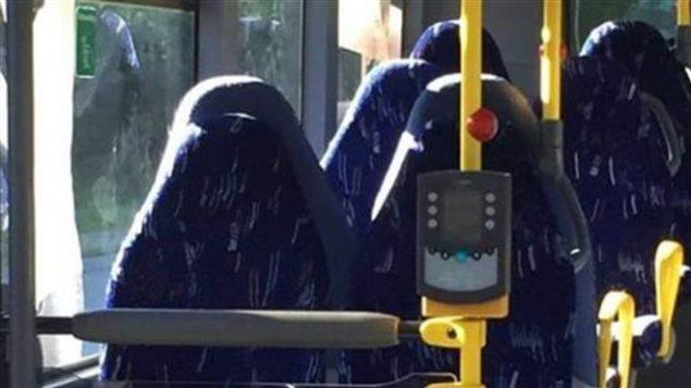 Cette photo d'un bus censé être rempli de femmes en burqas a été partagée sur un groupe Facebook d'anti-immigration en Norvège cet été et a provoquée l'indignation. (Capture Facebook)
