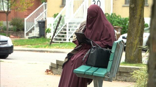 امرأة منقبة