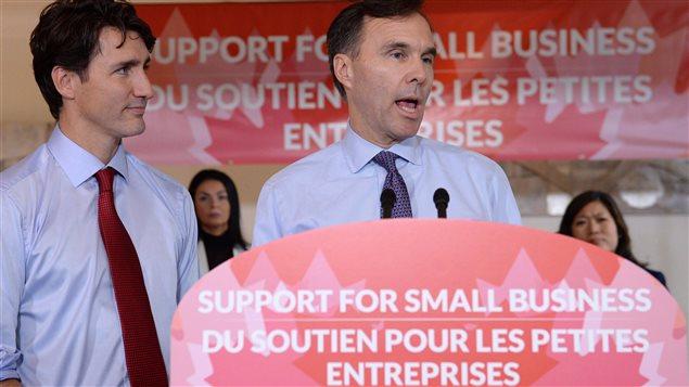 رئيس الحكومة الكنديّة جوستان ترودو (إلى اليسار) ووزير المال بيل مورنو