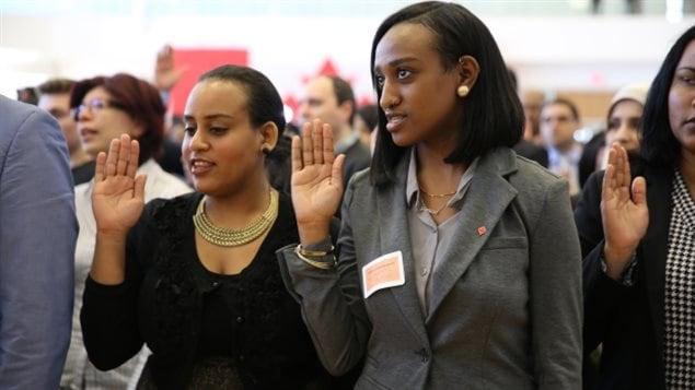 Inmigrantes adquiriendo la ciudadanía canadiense