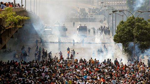 Les forces policières tentent de contenir les manifestants anti-Maduro en bloquant l'accès au centre-ville de Caracas, le 6 avril 2017. Photo : Reuters/Christian Veron