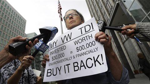Une cliente proteste à San Francisco où Volkswagen est parvenu à un projet d'entente dans le scandale des véhicules dont le système anti-pollution avait été truqué. (avril 2016) © AP/Jeff Chiu