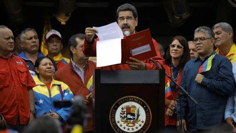 Le président vénézuélien, Nicolas Maduro, a signé le décret de sa nouvelle assemblée constituante devant des milliers de partisans. Photo : Reuters/Carlos Barria