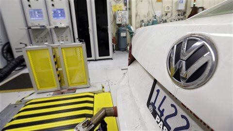 Sur cette photo datant du 30 septembre 2015, le California Air Resources Board (CARB) évalue une voiture de modèle Passat de Volkswagen, dotée d'un moteur diesel.Photo Credit: AP/Nick Ut