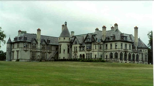 La Mansión Carey, en Newport, Rhode Island, que sirvió en la filmación de *Sombras Tenebrosas* como la mansión del vampiro Barnabàs Collins.