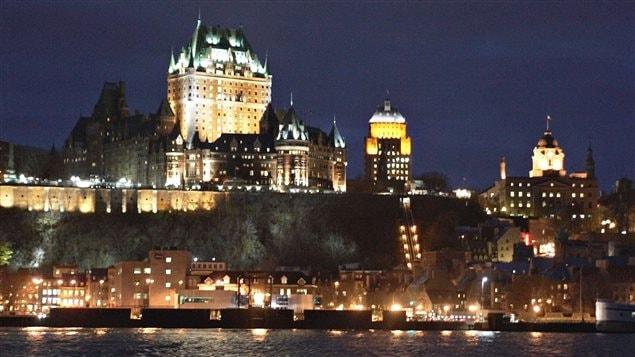 فندق قصر فرونتناك (يسار الصورة) في مدينة كيبيك الذي شُيّد أواخر القرن التاسع عشر هو من أبرز معالم عاصمة مقاطعة كيبيك الواقعة على الضفة الشمالية لنهر سان لوران (أرشيف)