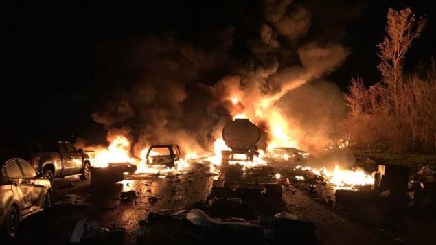 Peu avant 23h30, 14 véhicules ont été impliqués dans l'accident en plus de deux camions-citernes. Les collisions ont provoqué un important incendie. OPP