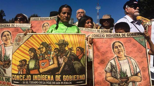 Indígenas mexicanos en Chiapas junto a observadores internacionales.