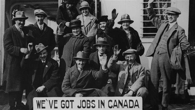 Mars 1925 : Un groupe d'émigrants écossais à bord du «Minnedosa» en route pour le Canada. Beaucoup de gens écossais ont fait le voyage au Canada qui a offert de nouveaux débuts et des possibilités d'emploi, en pénurie dans leur propre pays. Il y a des descendants des colons écossais au Canada aujourd'hui.
