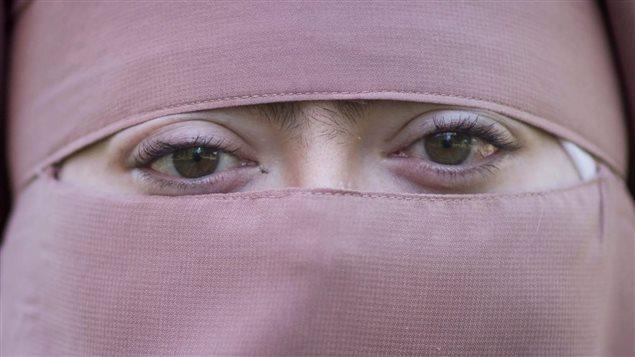 Warda Naili, une Québécoise ayant choisi de porter le niqab. Photo : La Presse canadienne/Graham Hughes