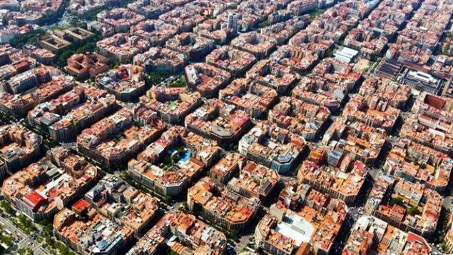 Une vue aérienne d'un quartier divisé en superblocs de la ville de Barcelone, en Espagne   Photo : iStock