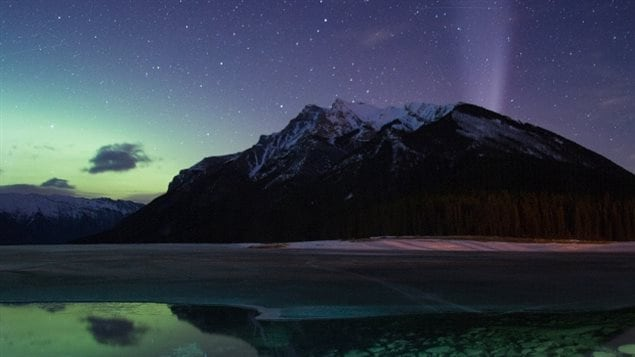 湖边拍摄的北极光夜景