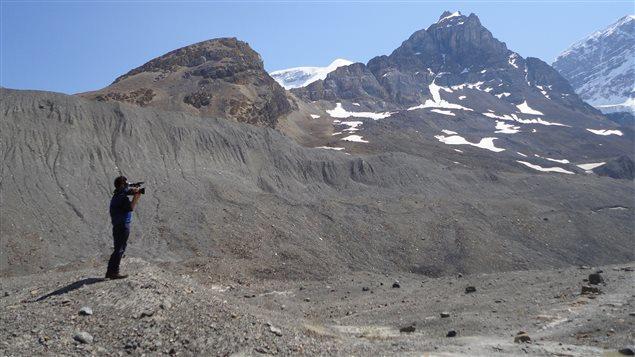 Au bas du glacier Athabasca. Le glacier Athabasca est une source importante de fonte de neige et de glace pour les bassins des rivières Athabasca, Columbia et Saskatchewan. Le glacier, visité par des millions de personnes chaque année, perd présentement plus de cinq mètres de glace par an. © Radio-Canada