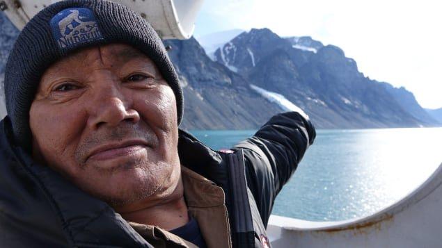 Sam Palituq montre ce qui reste de la glace qui devrait normalement être beaucoup plus présente dans le fjord Sam Ford. Photo : Radio-Canada/Marie-Laure Josselin