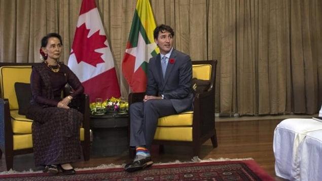 """رئيس الحكومة الكندية جوستان ترودو ومستشارة الدولة في بورما أونغ سان سو تشي خلال لقائهما اليوم على هامش قمة الـ""""أبيك"""" في مدينة دا نانغ في فيتنام."""