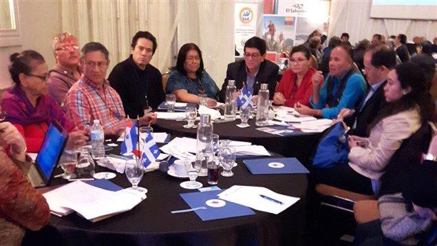 Comunidad salvadoreña de Montreal reunida con la viceministra responsable de salvadoreños en el exterior.