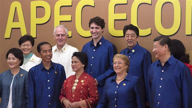 """رئيس الحكومة الكندية جوستان ترودو (وسط الصف الخلفي) وزعماء آخرون مشاركون في قمة الـ""""أبيك"""" في مدينة دا نانغ في فيتنام في صورة أُخذت اليوم."""